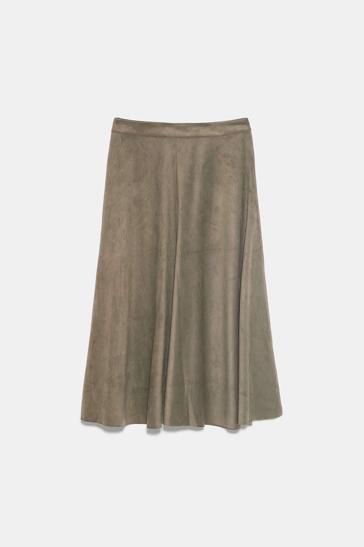 Falda midi de ante, de Zara (25,95 euros).