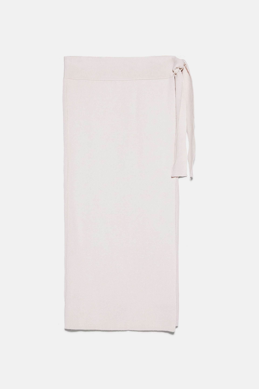 Falda cruzada de punto, de Zara (25,95 euros).