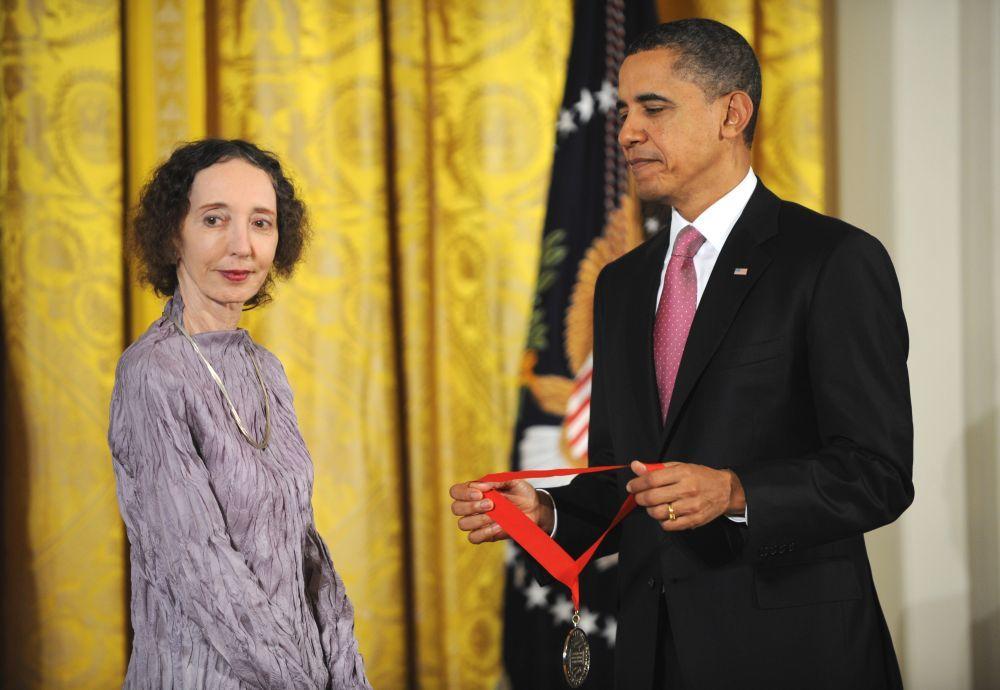 Joyce Carol Oates recibiendo un premio de Obama