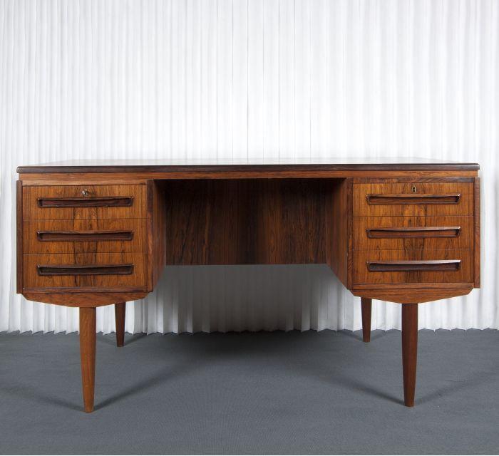 Escritorio danés original de los años 60 de madera de palisandro.  Batavia (5.280 euros).