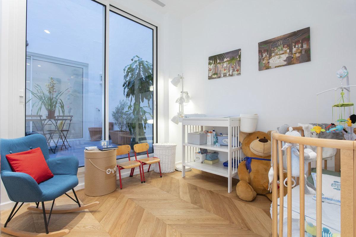 """La habitación infantil de la casa de Sophie von Schönburg (ahijada de la reina Sofía) combina una cuna de Stokke y un cambiador de Ikea con """"las sillas de una guardería que cerraba. Su estética nos enamoró y son las preferidas de nuestro hijo"""", tal como declara la aristócrata."""