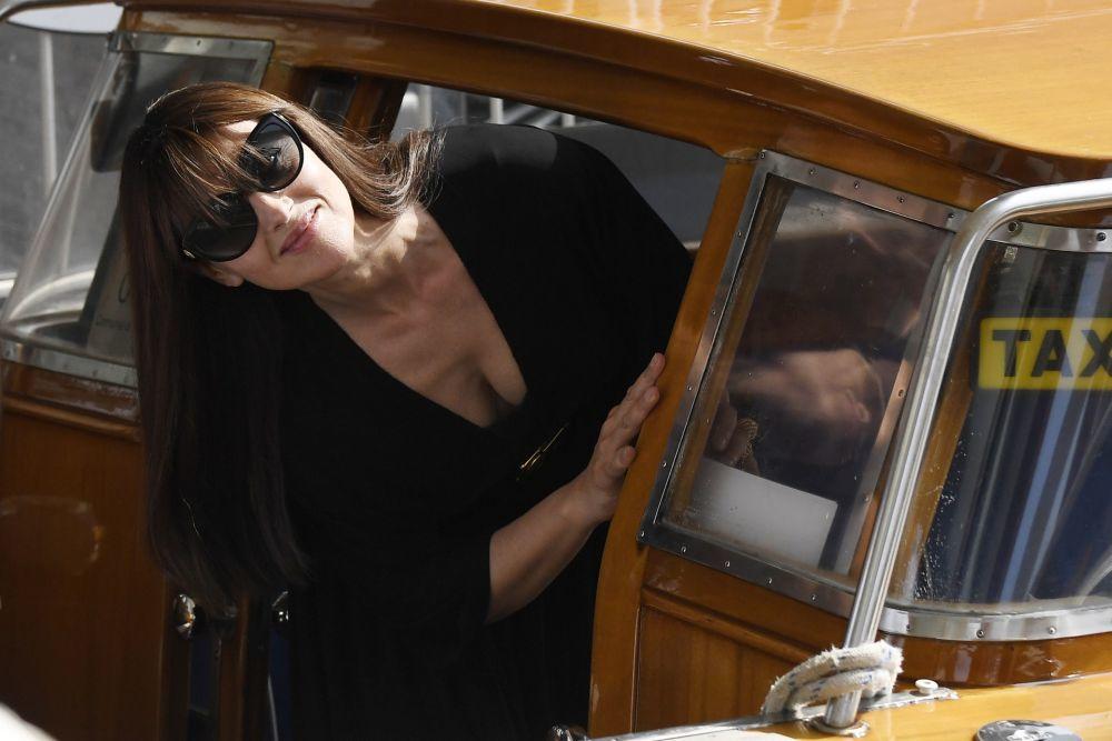 Mónica Bellucci con un flequillo largo y liso que sobrepasa las...