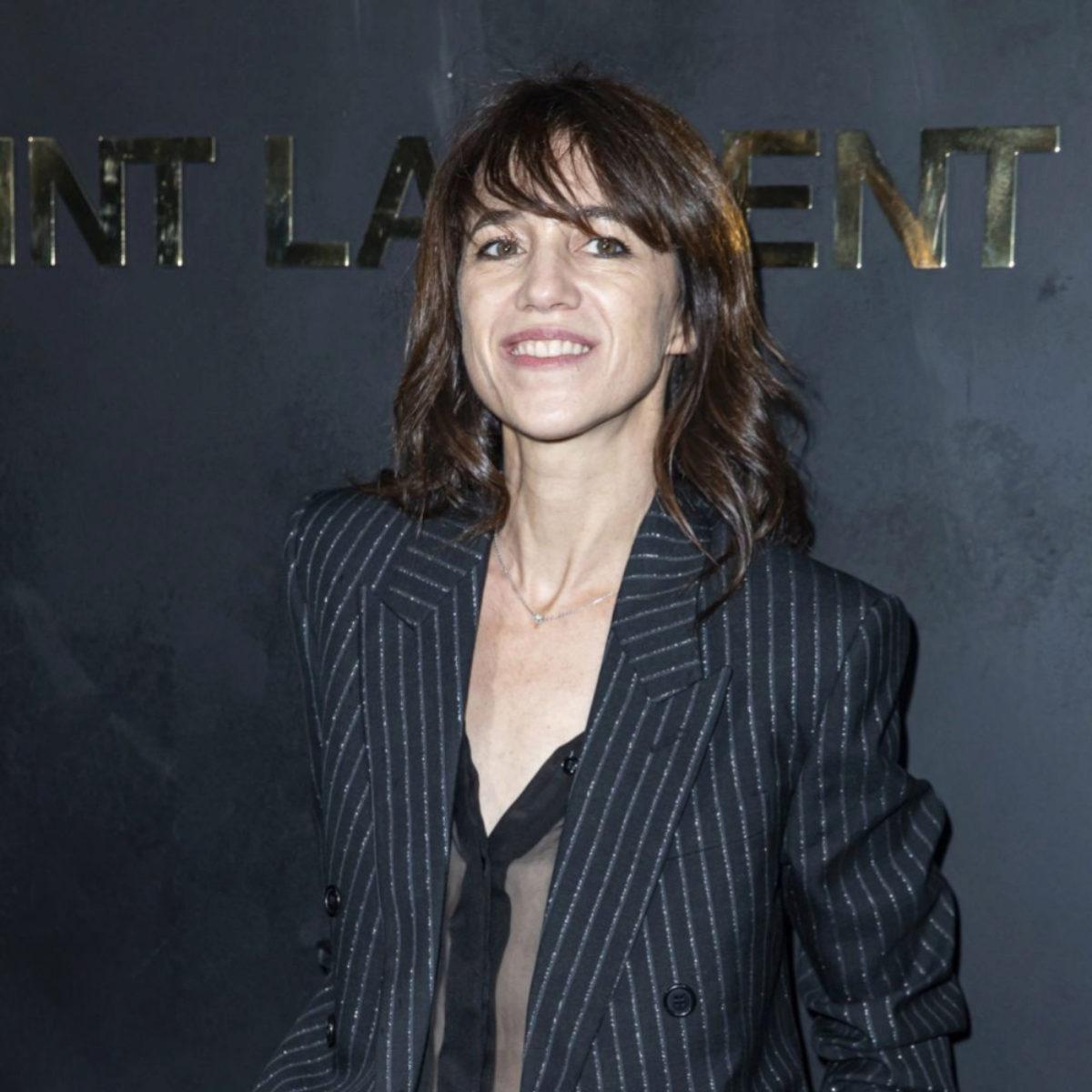 Charlotte Gainsbourg peina su flequillo hacia un lado para su melena...