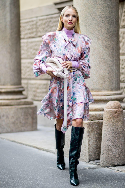 Un look infalible, con botas altas y vestido de print floral.