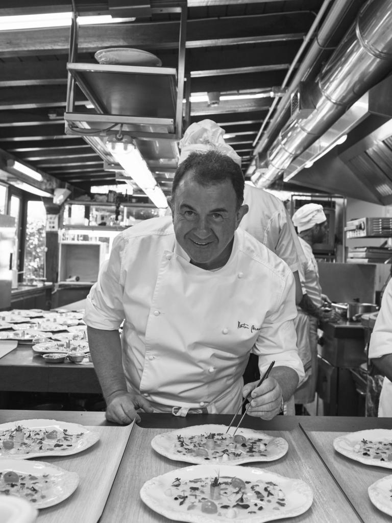 Martín Berasategui en la cocina de su restaurante de Lasarte.