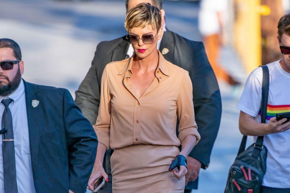 La actriz Charlize Theron en Los Ángeles con su pelo pixie despeinado...