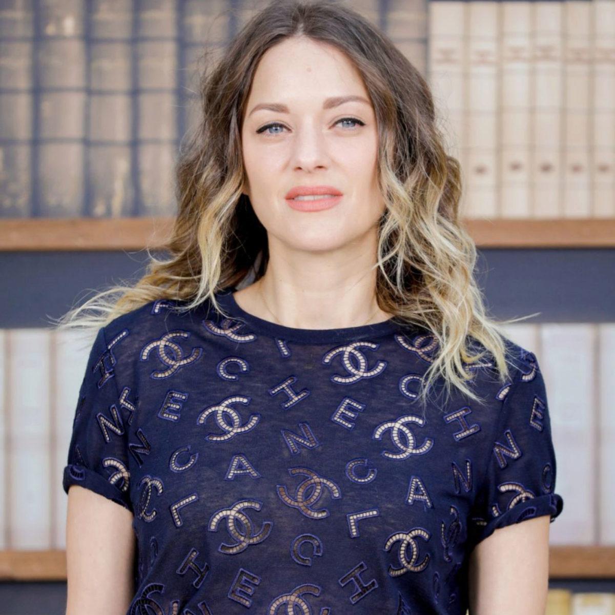 Marion Cotillard es el ejemplo perfecto de cómo quedan las mechas ombré o con efecto degradado sobre pieles pálidas con ojos azules, con un toque extra luminoso.