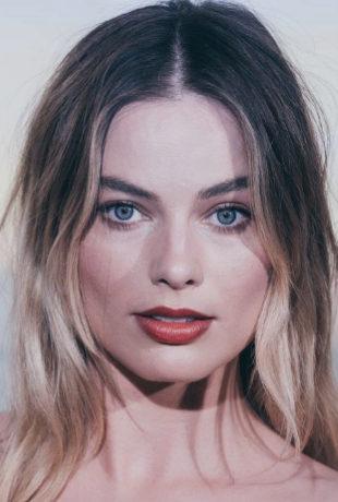Margot Robbie luce unas mechas californianas doradas cálidas con...