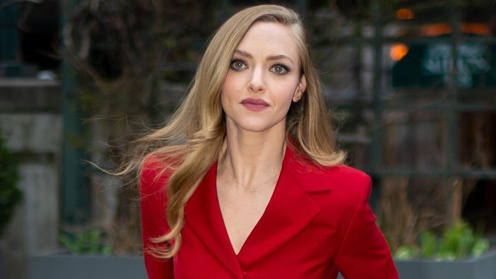 Amanda Seyfried, luciendo un rubio ceniza espectacular brillante y con...