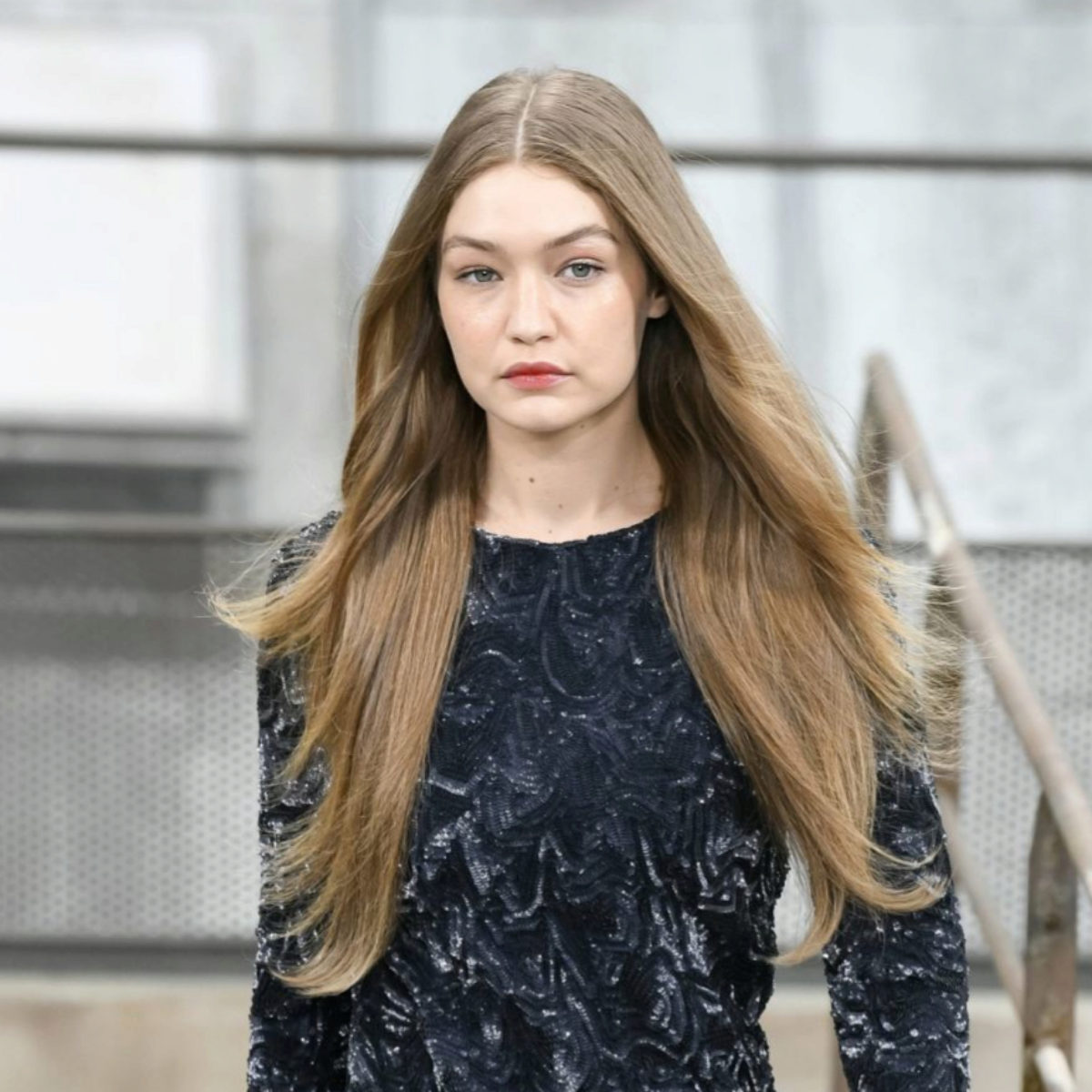 Gigi Hadid, en el desfile de Chanel para primavera-verano 2020 con una...