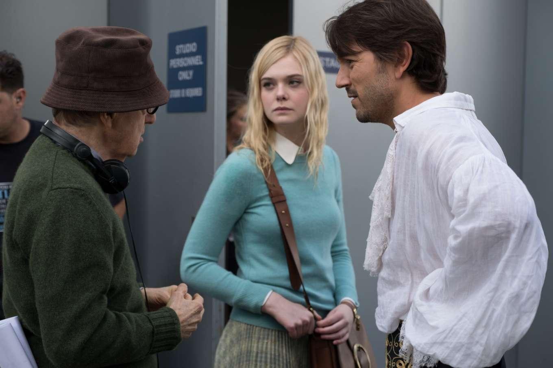 Elle Fanning y Diego Luna recibiendo indicaciones de Woody Allen en el...
