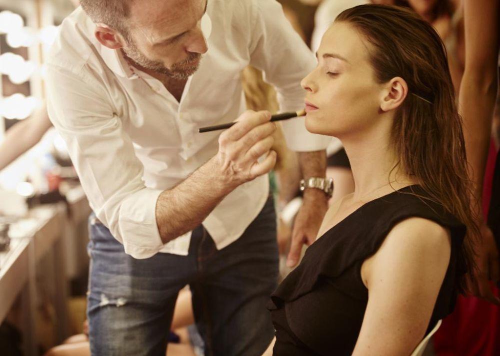 Roberto Siguero, make up artist de Lancôme, maquillando a una modelo.