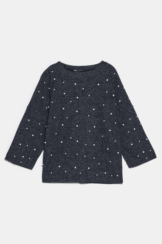 Camiseta ligera con perlas en gris oscuro de Zara