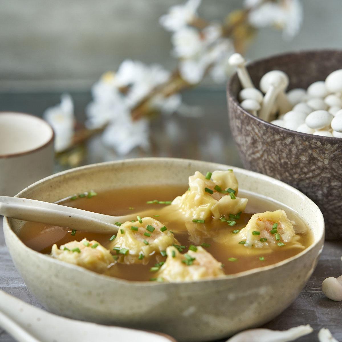Caldo de setas con dumpling de gambas y jengibre