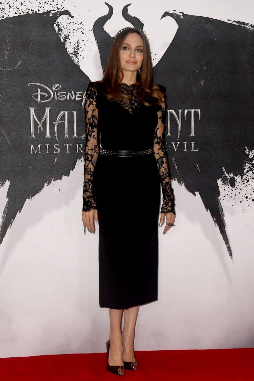 Angelina Jolie, de Alexander McQueen en la premiere de la película en...