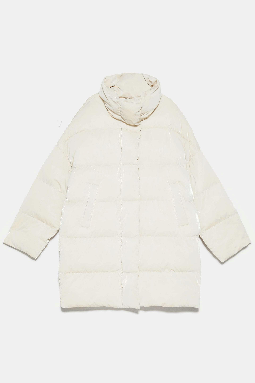 Plumífero acolchado overized en blanco de Zara
