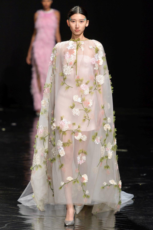 Capa transparente con bordados de flores de la diseñadora de Alta Costura Celia Kritharioti.