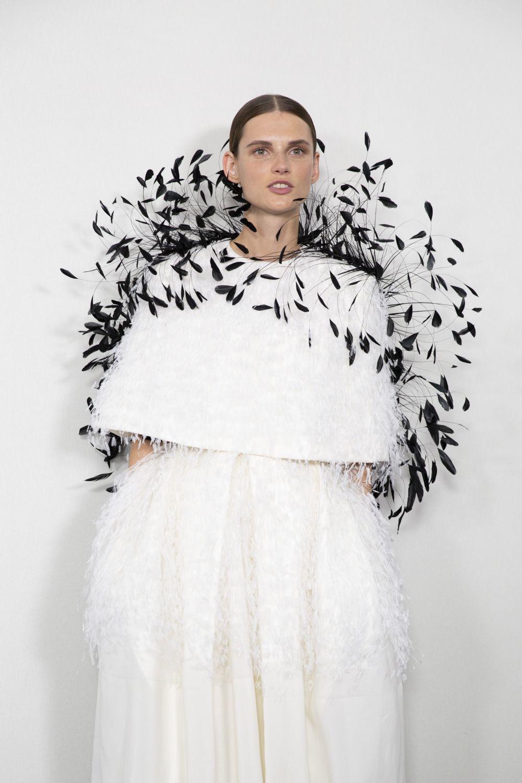 Vestido con capa y plumas negras, Givenchy.