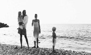 Lena y Carlo, creadores de la firma Yoli&Otis, con sus dos hijos,...