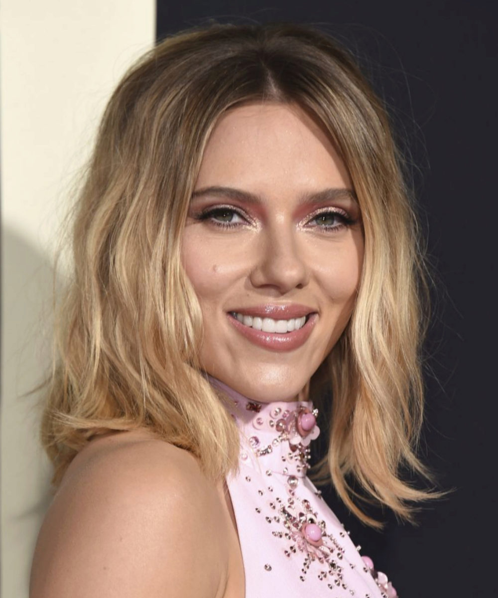 Scarlett Johansson con una melena long bob con un tono degradado perfecto de raíz a puntas.