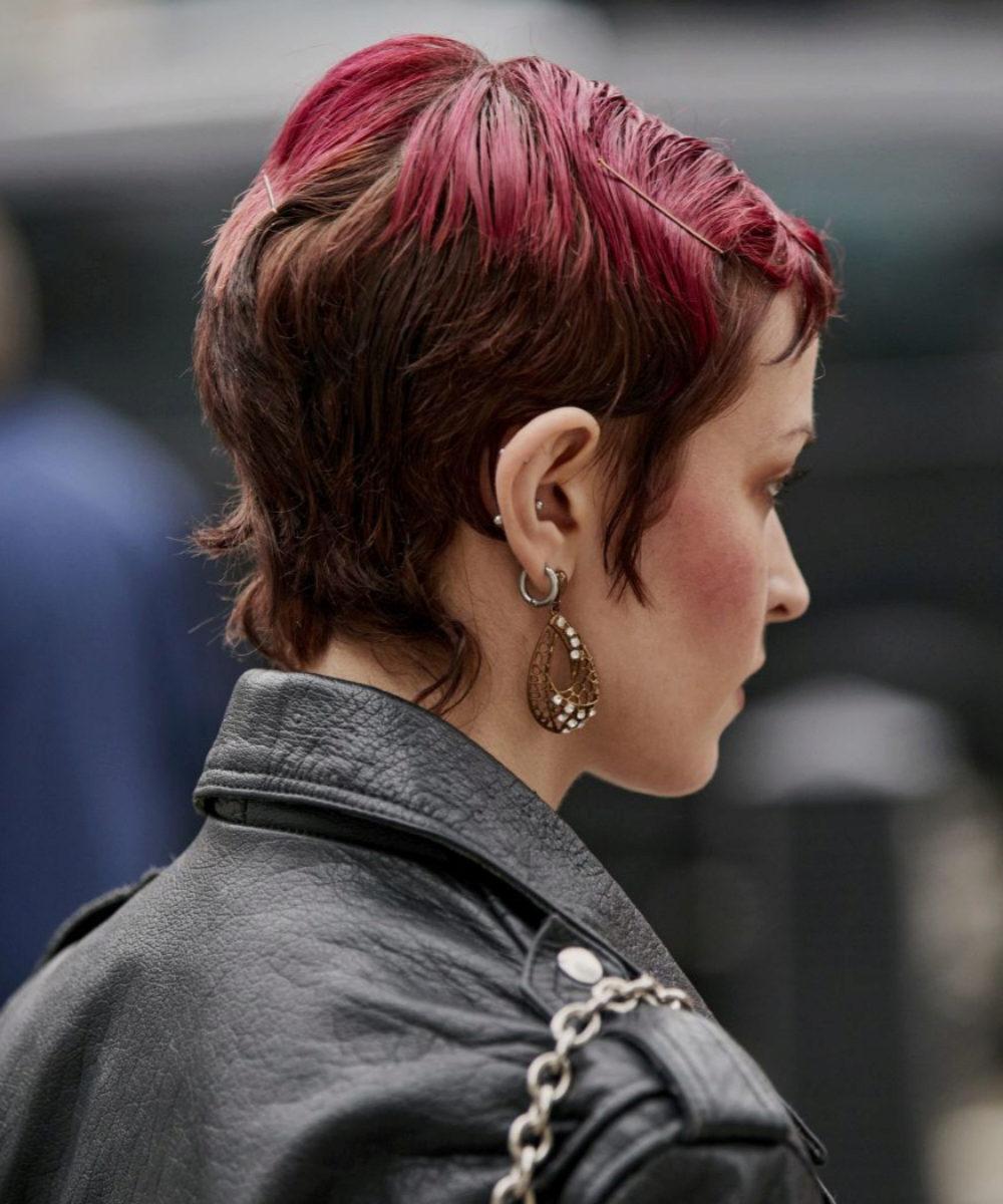 Los cortes de pelo degradados, más largos por arriba que desde la nuca hacia abajo son protagonistas de los looks de street style de Londres junto con los tonos efecto ombré en tonos fantasía.