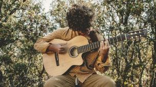 Una guitarra y su voz: así es la música de Guitarricadelafuente.