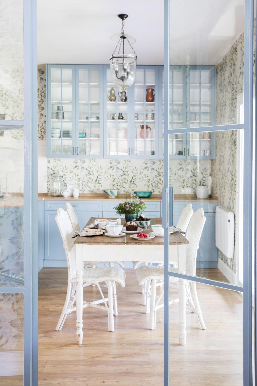 En la cocina, mesa de desembalaje traída de Francia y sillas de...