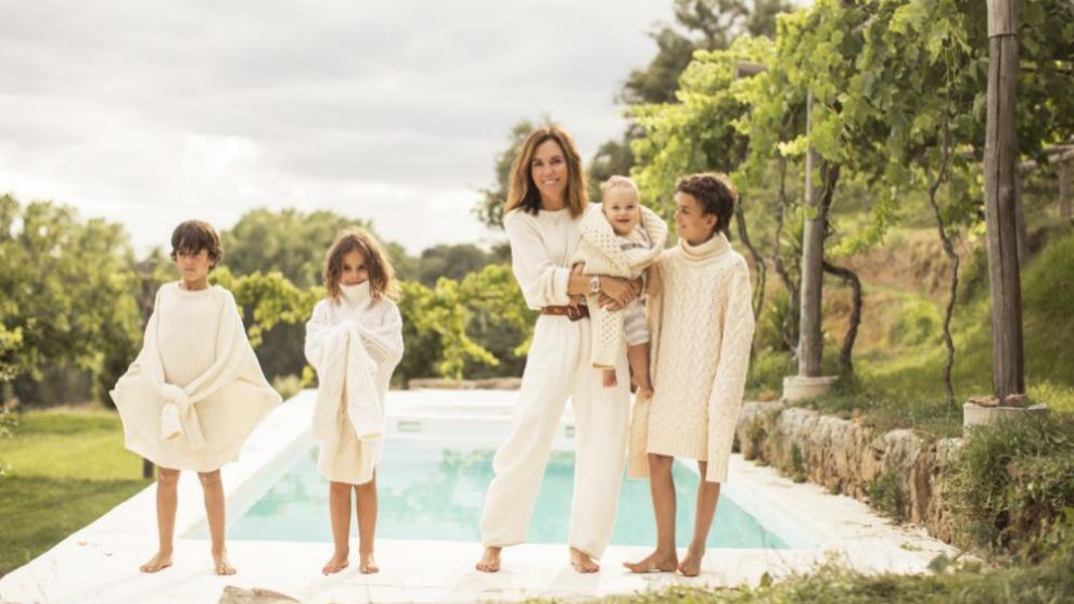 Marieta Yanguas con sus hijos en su casa de La Vera (Extremadura).