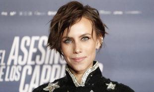 Aura Garrido con un maquillaje con eyeliner plateado en el párpado...