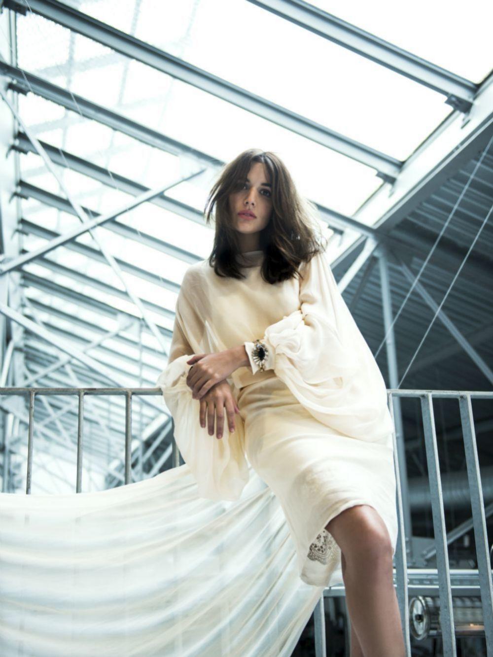 Adriana Ugarte en el estudio de Dominique Perrault vestida de Ion Fiz