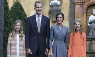 Los reyes con sus hijas en Oviedo.