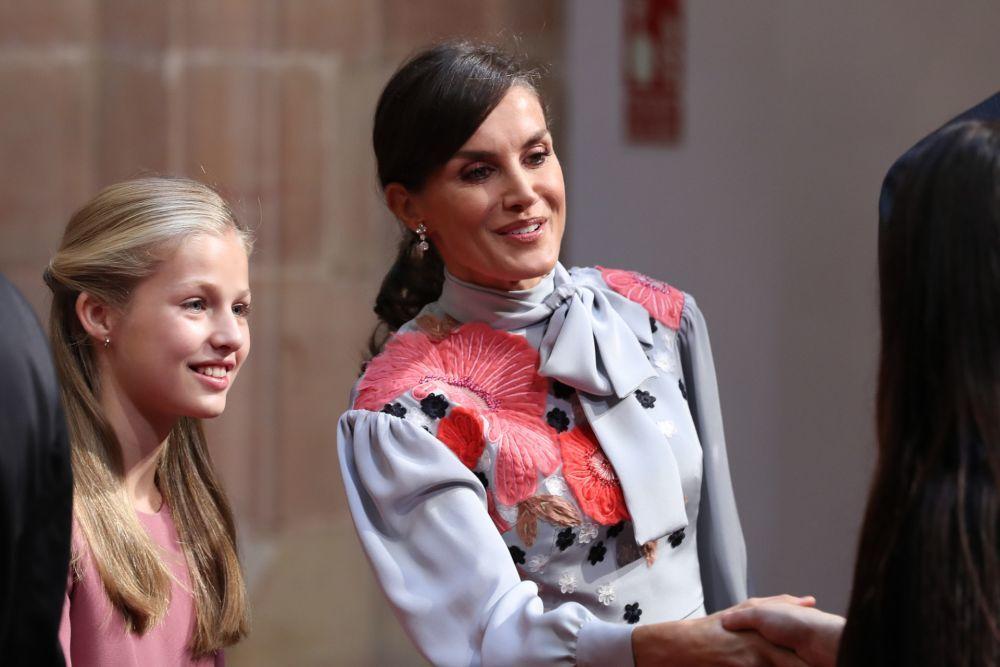 La Reina Letizia presumiendo de coleta con pendientes junto a su hija...