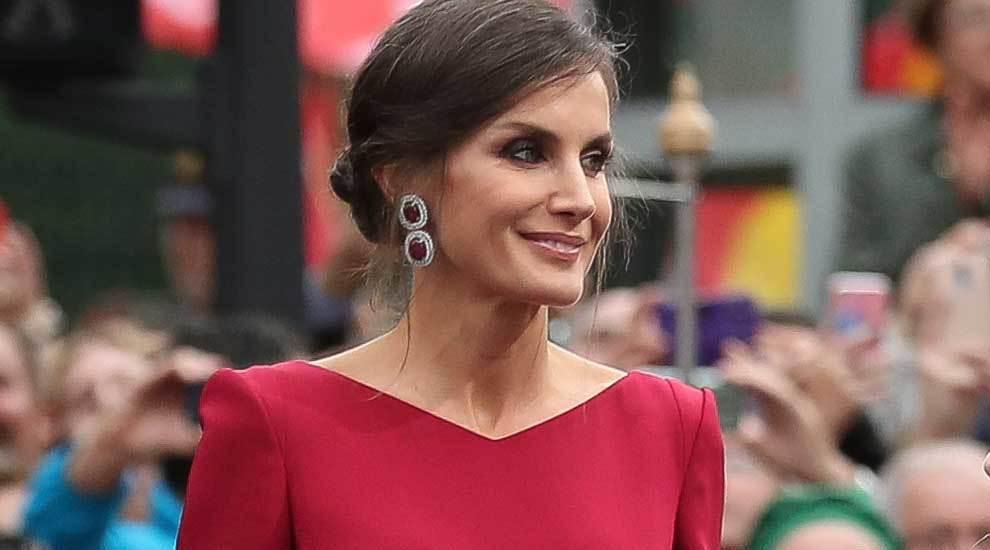 La Reina con unos espectaculares pendientes.