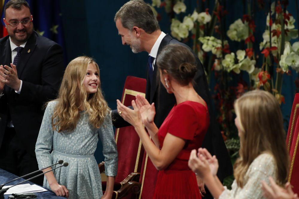 La princesa Leonor recibe la felicitación de los reyes tras su...