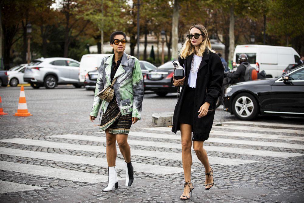 Dos invitadas a los desfiles de París.