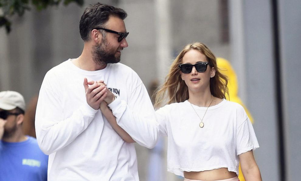 Jennifer Lawrence y su ya esposo Cooke Maroney durante un paseo por...