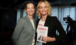 Dana Thomas en la presentación del libro Fashionpolis junto a Amber...