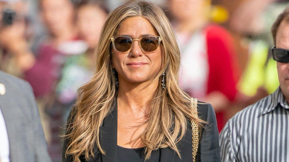 Jennifer Aniston luciendo su recién estrenado cambio de look con...