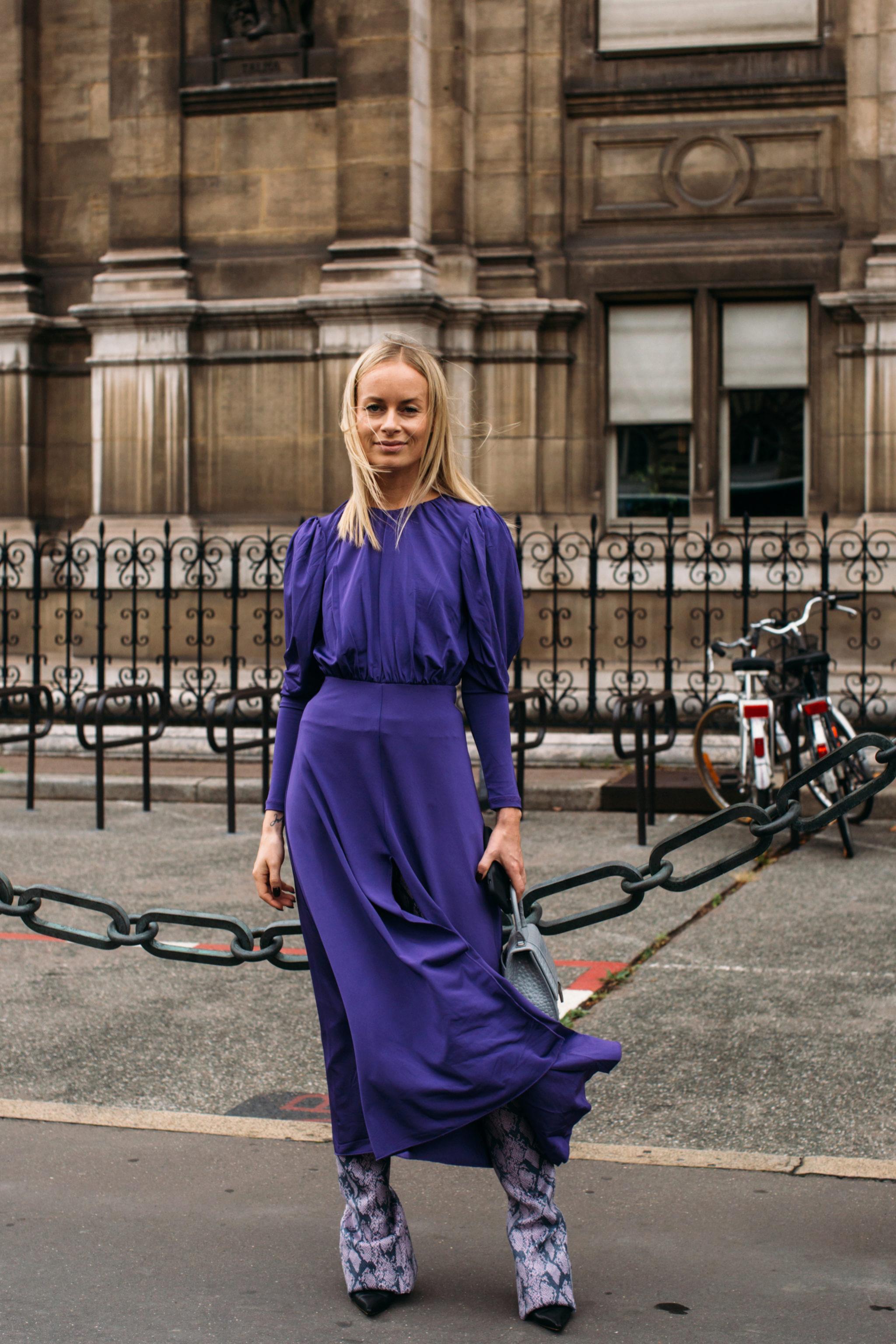 Thora Valdimars con un vestido con hombreras por París