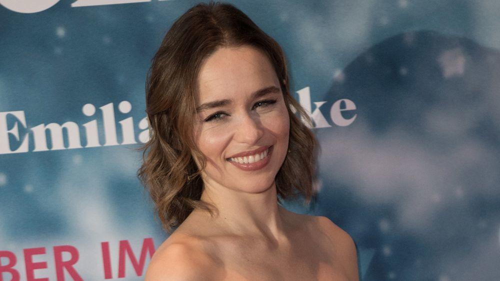 Emilia Clarke con una melena shaggy texturizada.