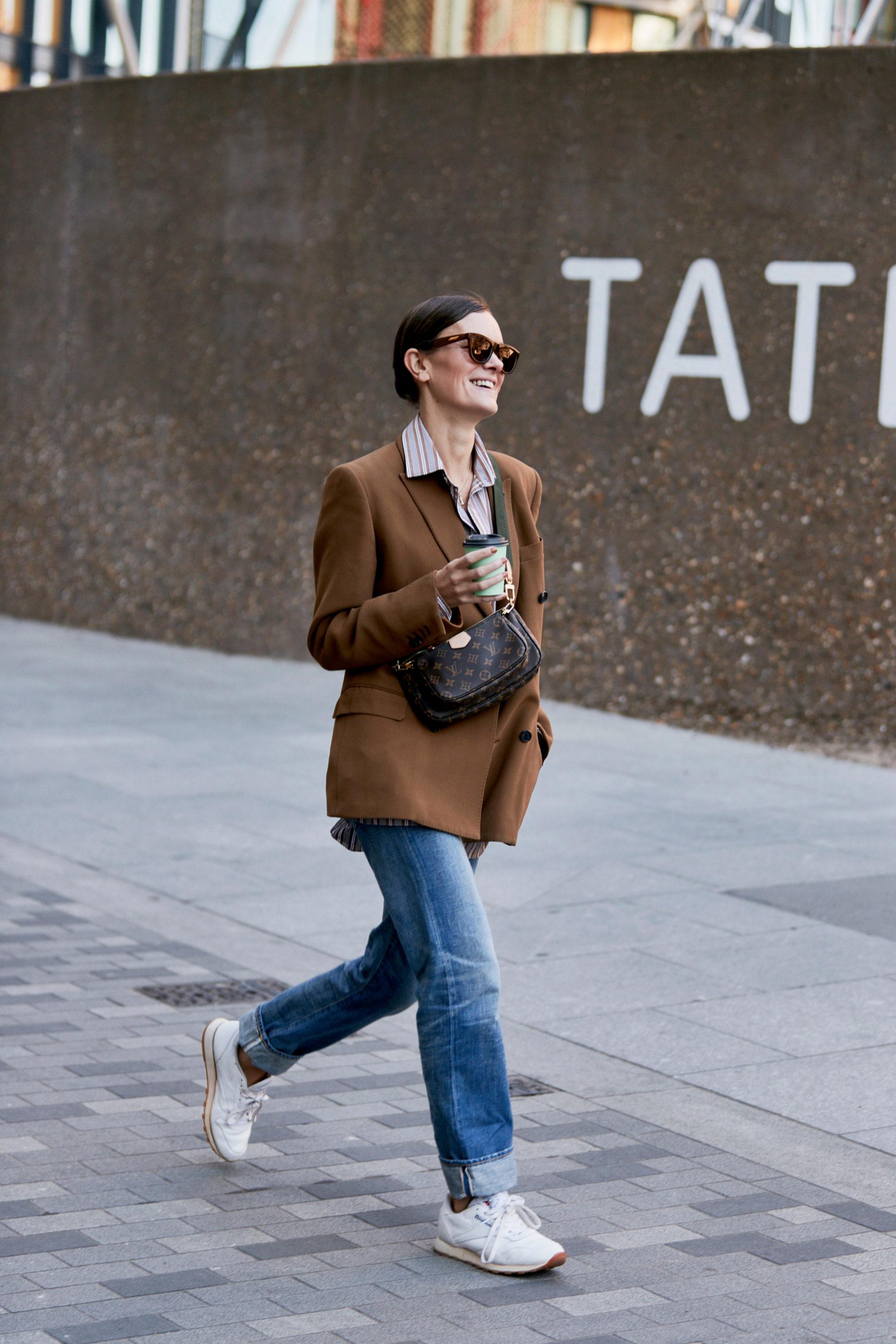 Un look que siempre funciona: blazer y tejanos.