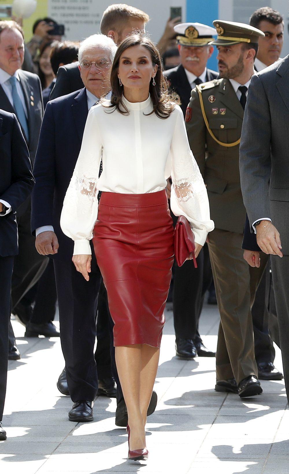 Doña Letizia apuesta por una llamativa falda de cuero.