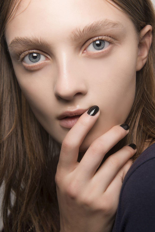 Si eliges el negro, lleva este tono sobre unas uñas cortas, ya que da...