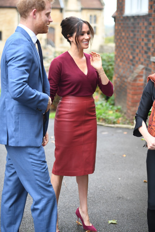 Meghan Markle con falda de cuero de Hugo Boss.