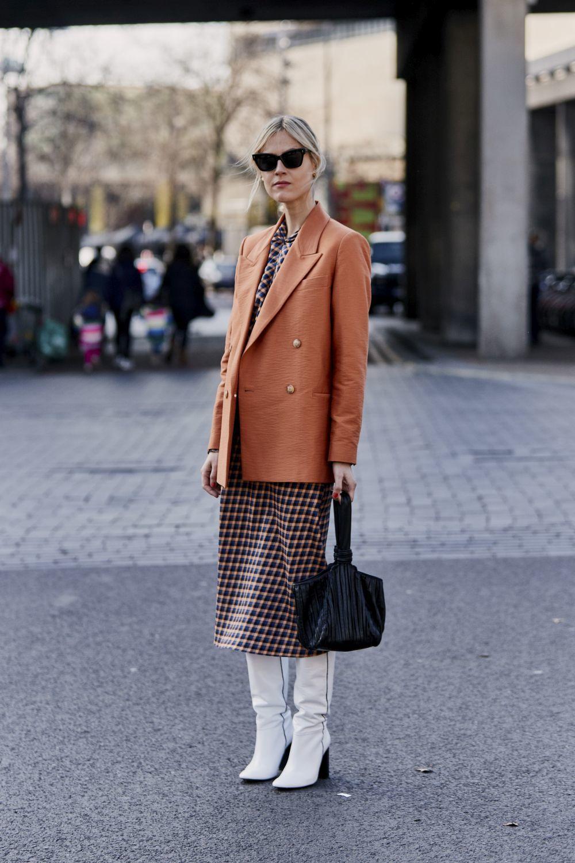Une una tendencia arriesgada, como las botas blancas, con otra más clásica, por ejemplo, un vestido de cuadros.