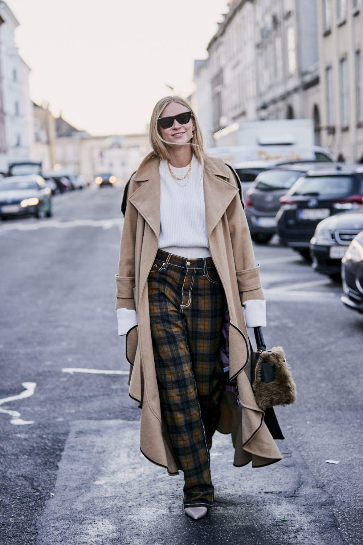 Los pantalones de cuadros se convierten en la nueva prenda fetiche de las insiders, como Tine Andrea.