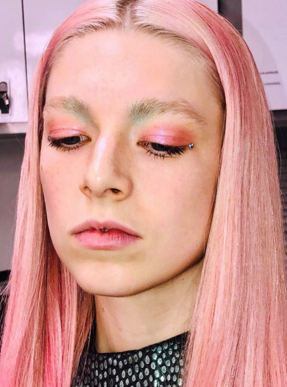Hunter Schafer con total look rosa.