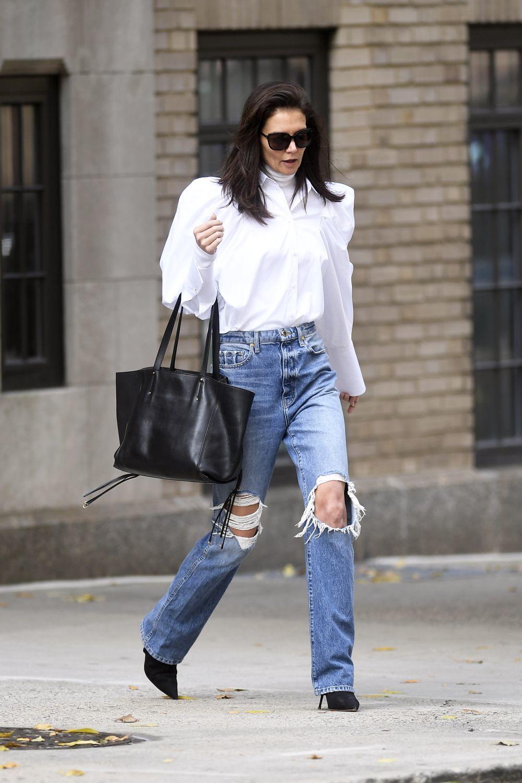 Katie Holmes con jeans rotos.