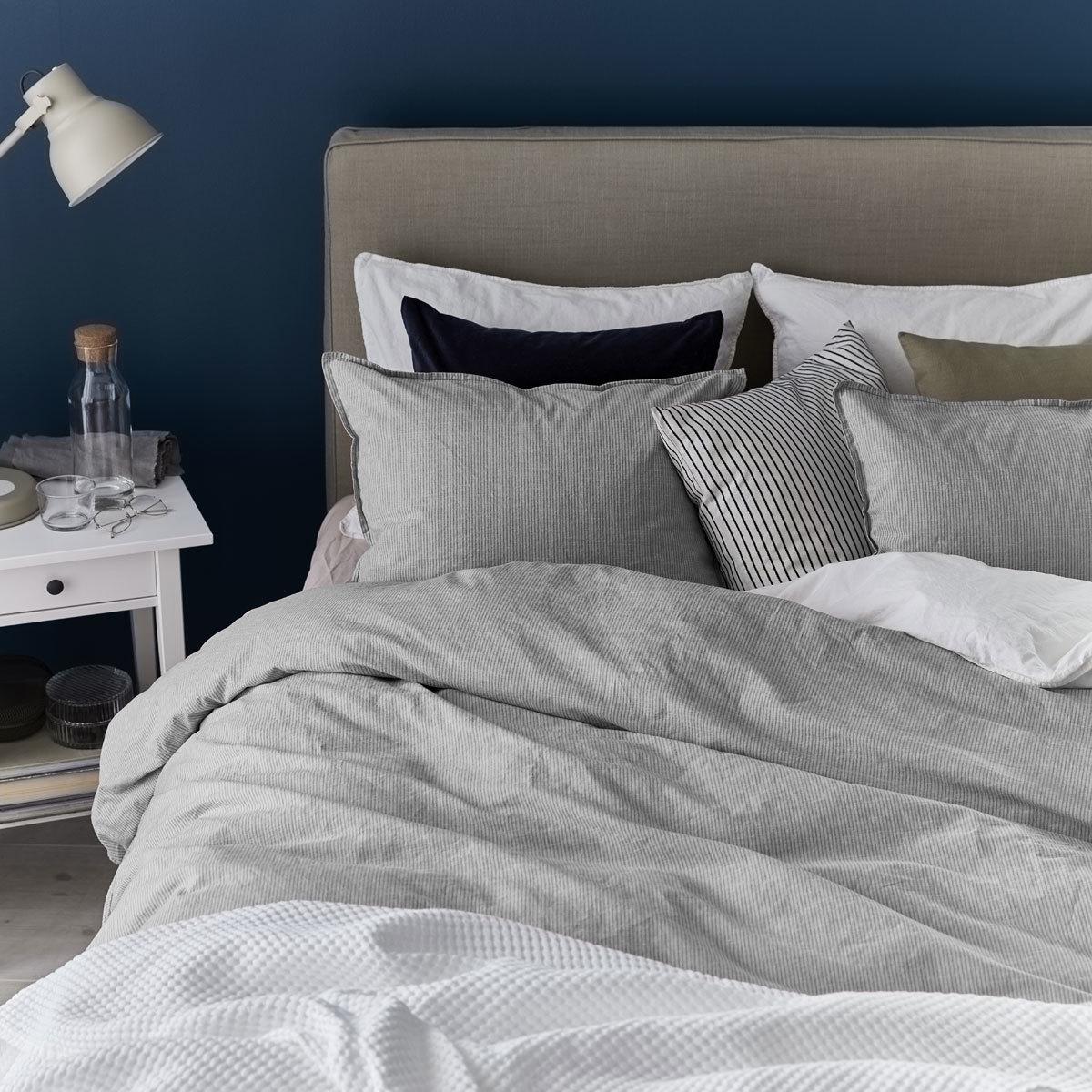 Utiliza un protector de almohada y lávalo a menudo si no quieres que se estropee tu almohada.