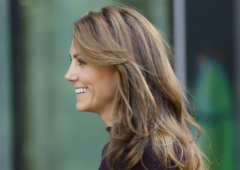 Kate Middleton luce una melena con mechas balayage en tono rubio trigo y un corte a capas con flequillo largo con movimiento.